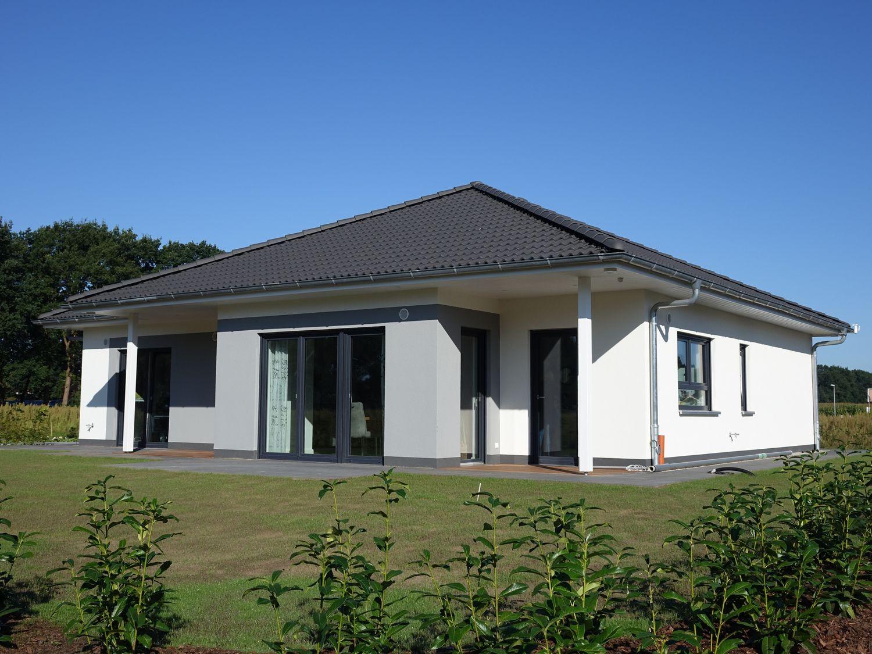Massivhaus bauen - Bungalow Musterhaus Aussenansicht - Rotenburg Engellandt Hausbau